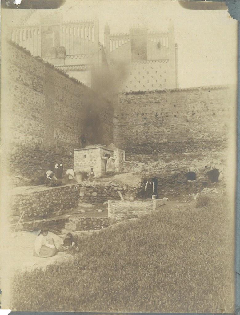 Horno para cocer cerámica en la Escuela de Artes en 1902. Fotografía de Matías Moreno, colección de Rosalina Aguado
