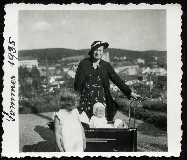 Archiv Hel03 Brunhilde N. mit G. im Kinderwagen und Schwester B., Mähren, Sommer 1935er