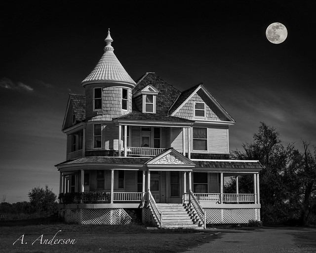 Moonlit Mansion (Old and Abandoned)