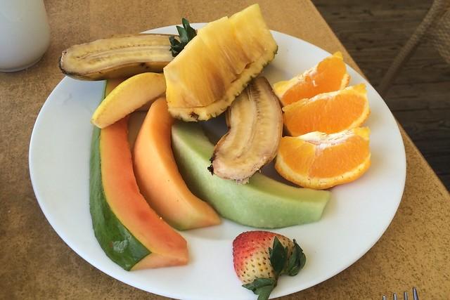 金, 2015-05-15 07:56 - パパイヤ、バナナ、メロン2種、パイナップル、オレンジ、イチゴ、梨のような果物