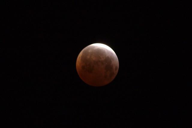 O4049940 lunar eclipse 5 18am crop 2s iso200