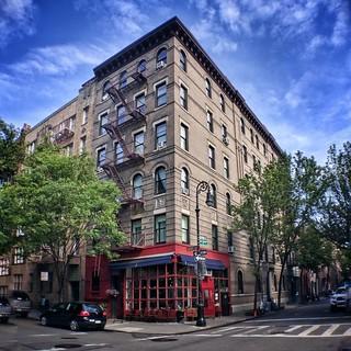 Do you remember?  #NewYork #nyc #architecture #archilovers #building #Travel #travelgram #trip #Photo #photography #colorful #tv #friends #House #iloveny #ilovenyc #newyorkphoto #instacool #instanewyork #mynyc #bigapple #thebigapple #narcitynewyork   by Mario De Carli