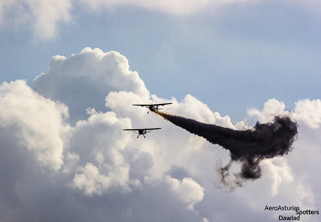 Cessna Bird Dog soltando humo sobre el aeropuerto
