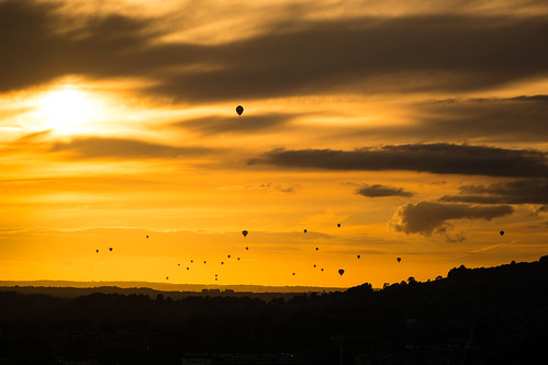 balloonfiesta bath bristol bristolballoonfiesta city england english somerset uk unescoworldheritage ascending balloons breeze clouds descending drifting dusk evening event fiesta fleet flight flying helium hotairballoons landscape mass multiple setting sky sun sunset weather wind