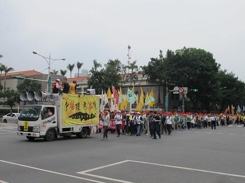 圖15遊行隊伍於街頭挺進