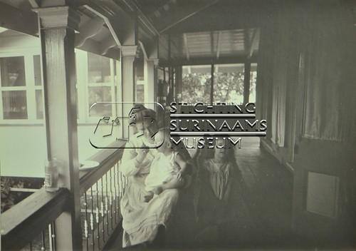 Mw. Calkoen met kinderen | by Stichting Surinaams Museum