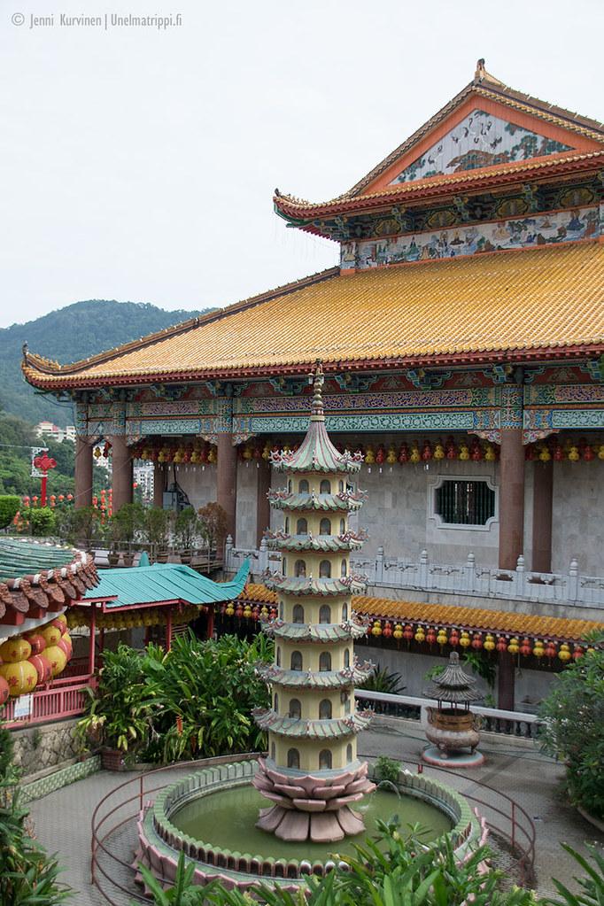 Värikkäitä rakennuksia Kek Lok Sin temppelillä Malesiassa