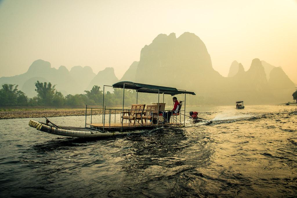 Barca de bambu sobre el río Li — in Guilin, Guangxi, China.