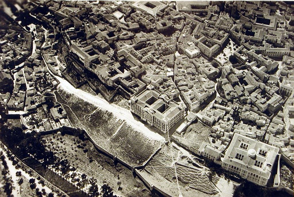Vista aérea de la diputación y Nuncio Nuevo hacia 1920. Se ven las ruinas del Palacio de los Vargas.