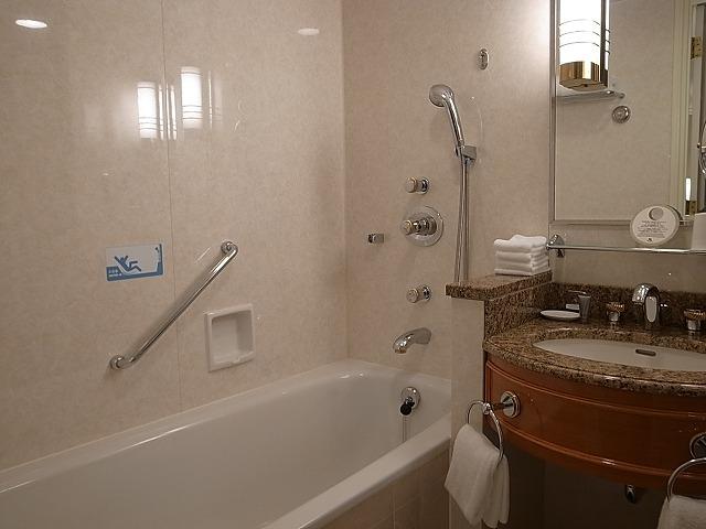 <p>バスタブとシャワーブース洗面所</p>