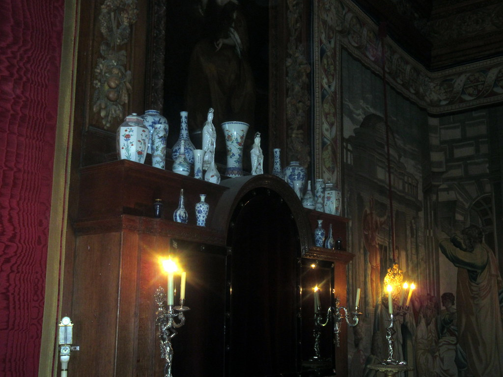 Mirror and Porcelain above Fireplace of King's Great Bedchamber of William III's Apartments