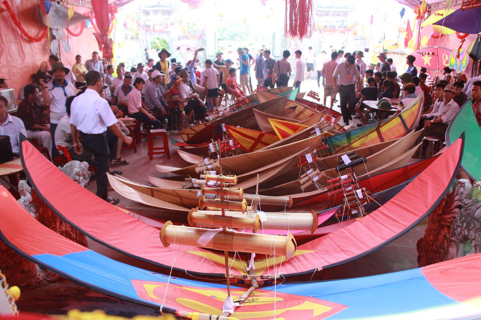 Hàng năm, cứ vào 15/3 âm lịch người dân làng Bá Dương Nội lại tổ chức hội diều