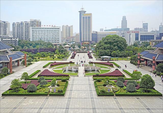 L'esplanade du musée de la province du Hubei (Wuhan, Chine)