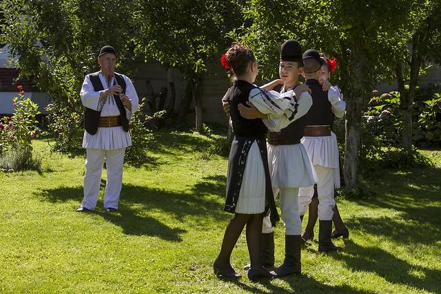 9427_2012-09-04_dansatori popular in curte ziua_foto(c)DanielSecarescu