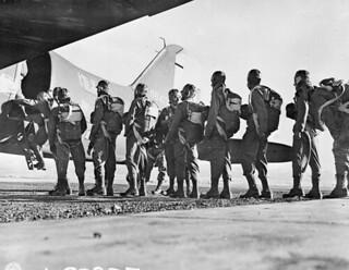 Personnel of the First Special Service Force boarding a Douglas C-47 aircraft for parachute training... / Membres de la Première Force de Service spécial montant à bord d'un avion Douglas C-47 pour s'entraîner au saut en parachute...