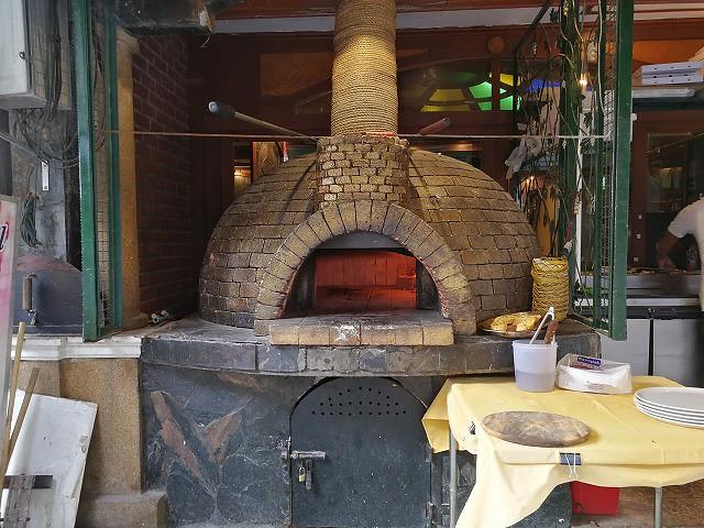 <p>店の外にピザ釜があり、ここで焼きます</p>