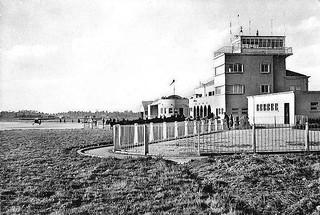 Torre de controlo e gare do aeroporto de Pedras Rubras, em 1945 | by zerrodrigues