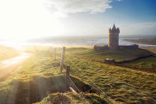 ireland sunset sea sun green sol beach grass fence mar europa europe doolin playa irland pasto sunbeam castillo irlanda
