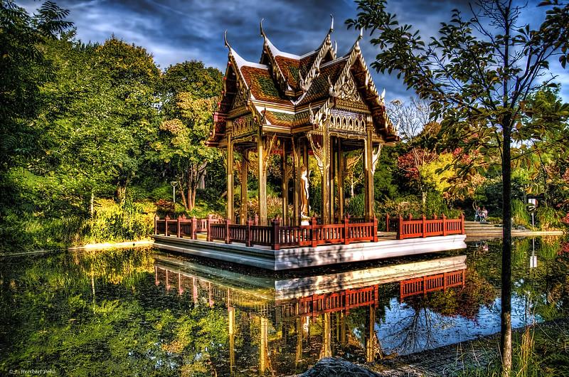 Thailändische Sala mit Buddha-Statue