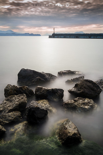 mare sea bacoli napoli campania italia italy nikon d3100 alba dawn sunrise long exposure faro lighthouse rocks scogli nuvole clouds