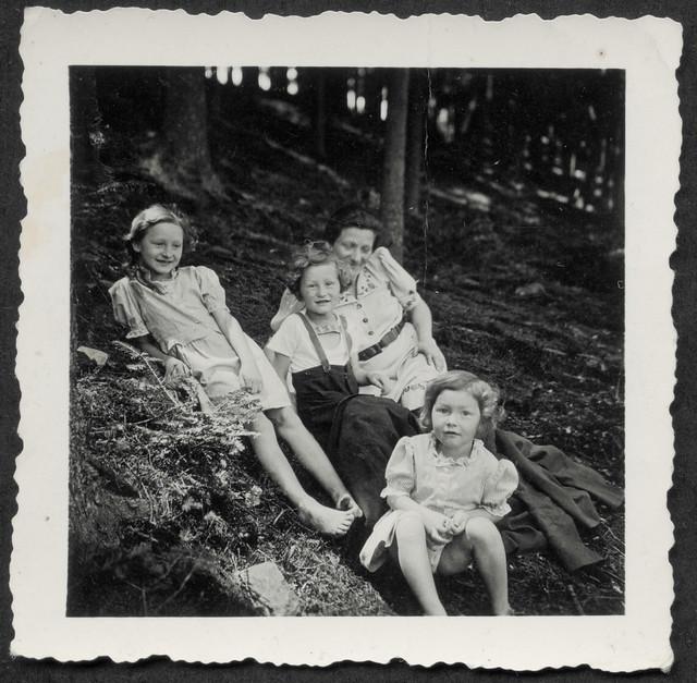 Archiv Hel127 Mutter N. mit ihren drei Kindern, Sternberg 1930er
