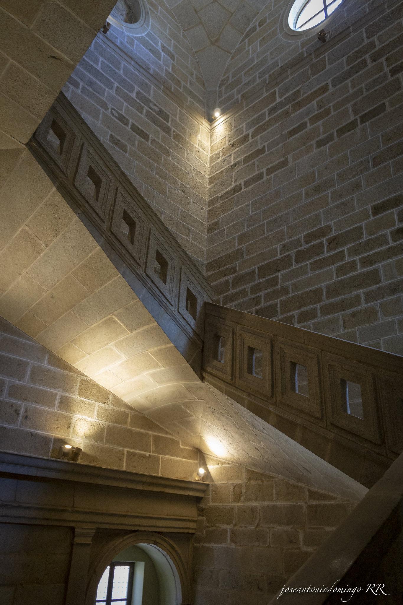 Escalera volada de cinco tramos.