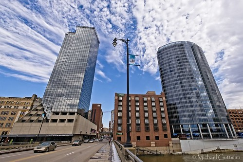 grandrapids michigan pearlstreetbridge pearlstreet grandriver architecture buildings city skyline clouds sky bridge modernarchitecture hotels amwaygrandplazahotel jwmarriottgrandrapids lamppost