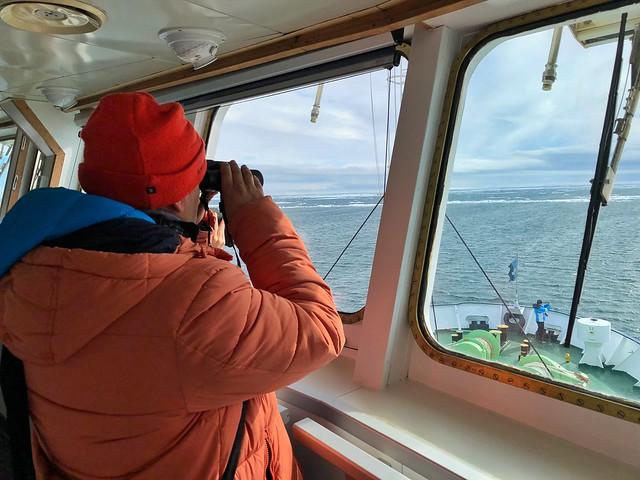 Sele en el puente de mando del barco con el que navegó por Svalbard