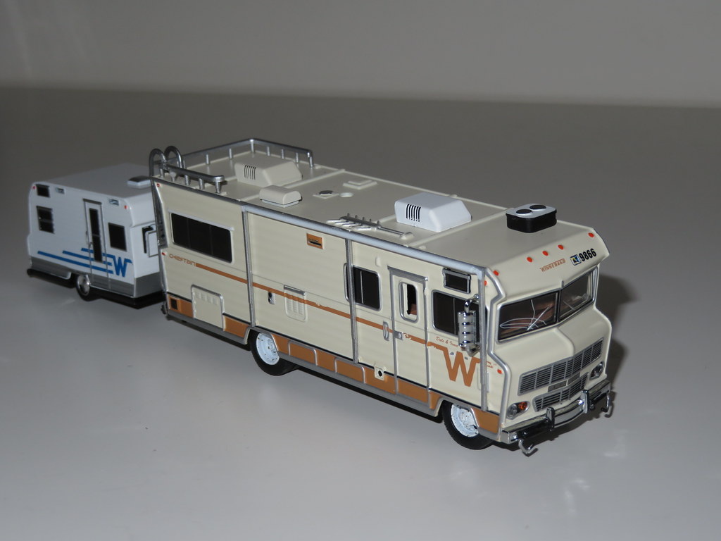 Greenlight - 1:64 1973 Winnebago Chieftain (Walking Dead