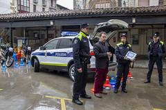 El teniente alcalde Juan Carlos Abascal, junto a dos agentes de la Policía Municipal en la presentación del nuevo vehículo.