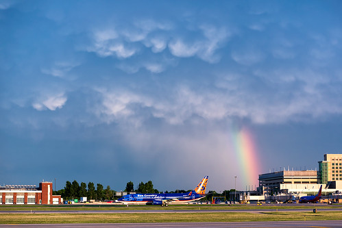 minneapolisstpaulinternationalairport msp kmsp mspairport aviation avgeek rainbow stormlight n817sy sunset mammatus
