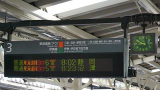 據月台上的時刻表,8:02 之後的班次就開不出去了... | by Cheng-Jen Lee