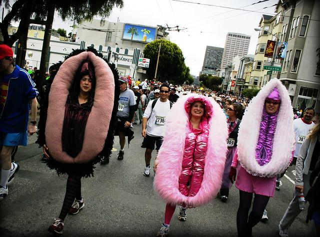 femmes déguisées en vulves