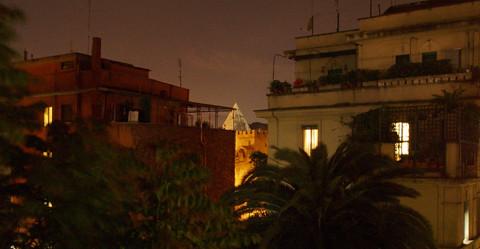 Piramide at night