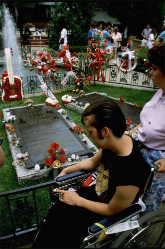 elvis grave, graceland, 1990