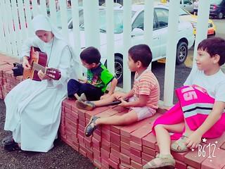 Hna. Clare con niños en Ecuador