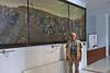 Vor dem Einwanderungsbild im AMG-Haus in Temeswar - ein beliebtes Fotomotiv der Besucher aus dem Westen