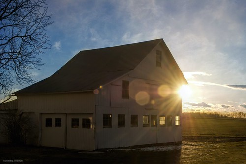 theoldwhitebarn barn farm ephrata ephratapa evening eveninglight eveningskies clouds pennsylvania pa field sunset sun sunlight watchingthesunset sunburst sunstar