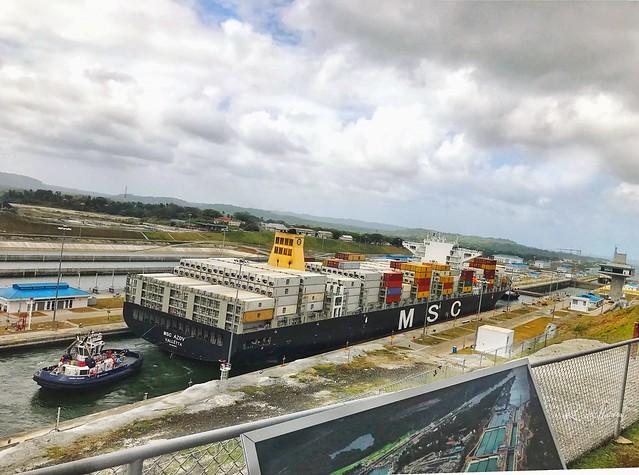 Barco Panamax cruzando las Esclusas de Aguas Claras en Colón, Panamá