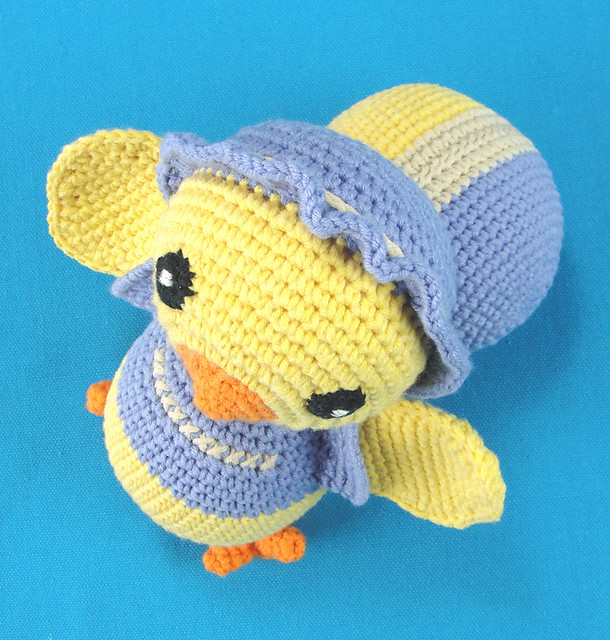 Crocheted Chicky and Crocheted Ball (Gehaakt Kippetje en Gehaakte Bal)