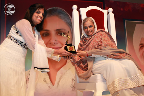 Ritu Maheshwari from FIA and FOG presented a trophy to Satguru Mata Ji