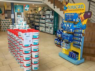 showroom-produits-de-traitement-piscine-arden-piscines-loisirs | by Piscines HydroSud