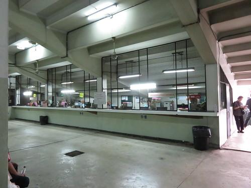 ロイヤルターフクラブ競馬場のスタンド1階の馬券売場