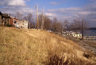 a1a026: Grassy slope at Jeffersonville riverfront