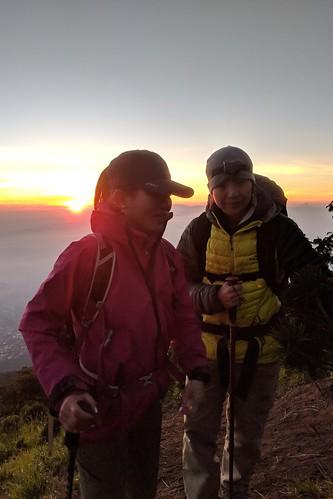 indonesia central java pulosari gunungsari slamet outdoor mountain volcano hiking trekking google pixel 2 xl people sunrise