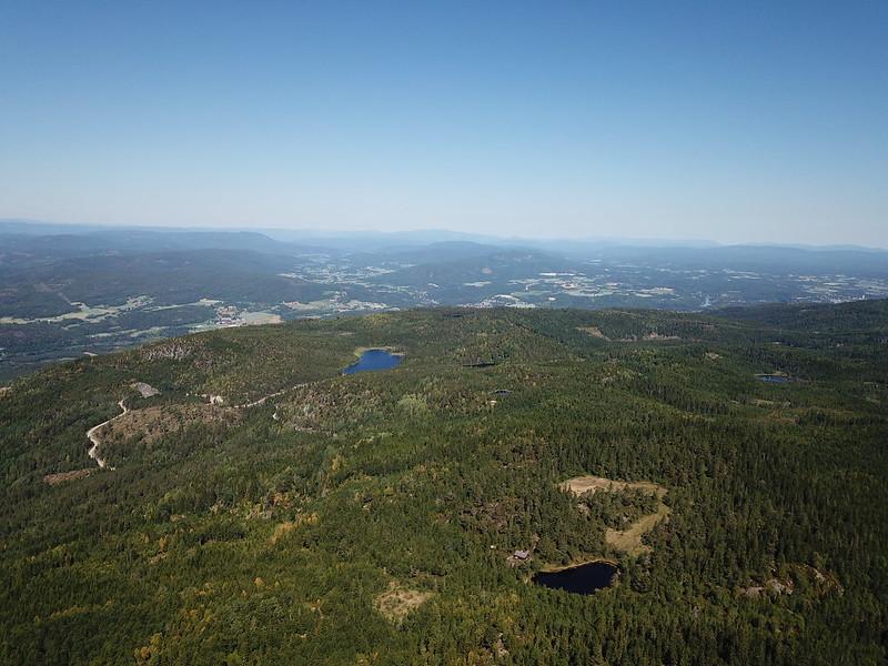 20-Utsikt mot Vardeåsen og Bergdamtjern fra Snaukollen (drone)