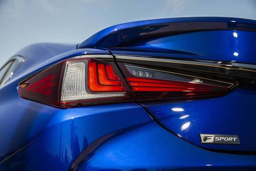 2019 Lexus ES: Modern Luxury Photo
