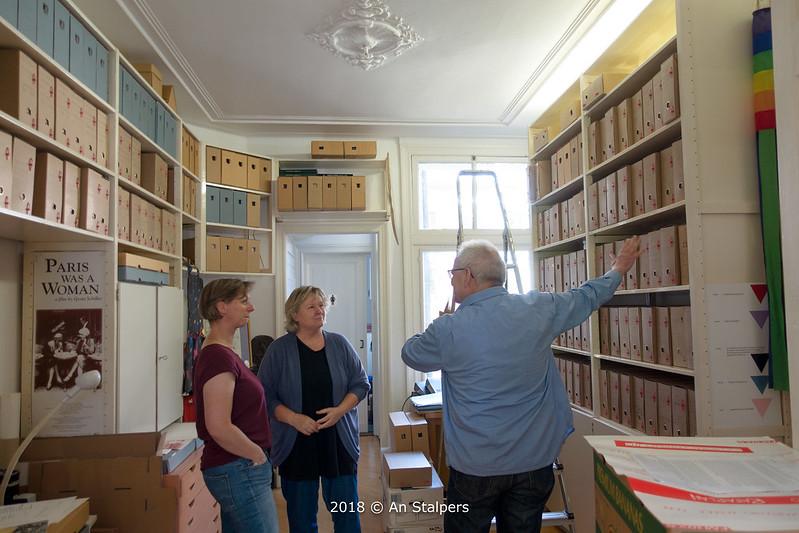 018, Judith van Santen [Regionaal Archief Nijmegen] bezoekt LANijmegen. Naast haar Ineke Duursema. Helm de Laat toont zijn werk aan het COC-archief.