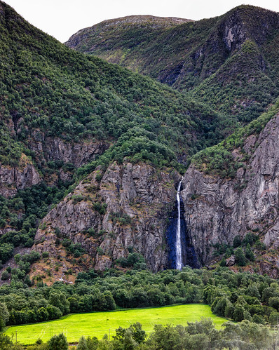 lærdal meadow green landscape canonef100400mmf4556lisiiusm mountainside norge water canoneos5dsr waterfall outdoor sognogfjordarne norway vattenfall mountain sognogfjordane no