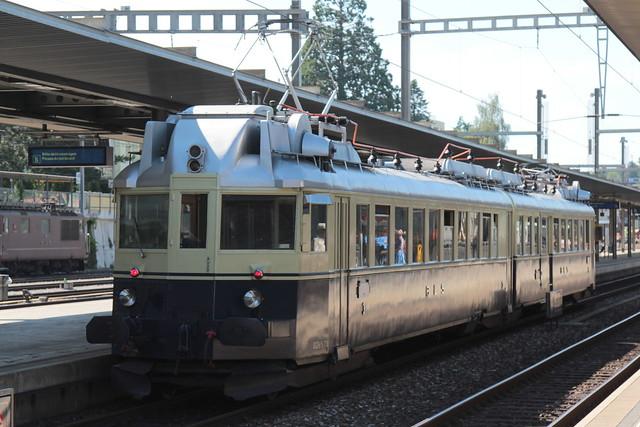 BLS Lötschbergbahn Leichttriebzug Blauer Pfeil BCFe 4/6 Nr. 736 ( Triebzug BCFZe 4/6 - Baujahr 1938 - Hersteller SIG - SAAS ) am Bahnhof Spiez im Berner Oberland im Kanton Bern der Schweiz